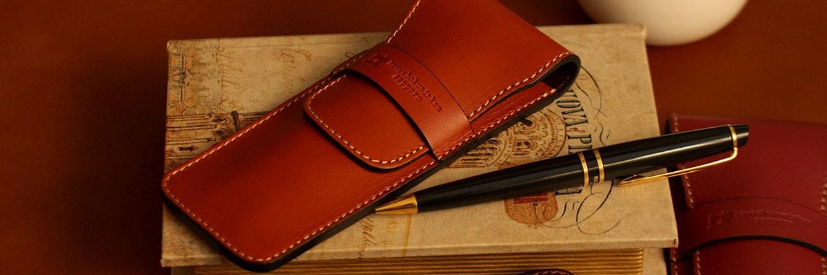 自分の顔とも呼べる身分証明書。丈夫な革製品に入れて保管・携帯すれば、大切な身分証明書を安心して持ち歩けます。窓付きでカードの確認も便利です。