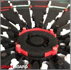 裏蓋に音の発生を低減させるための740個のパンチング加工