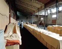 タオルが並ぶ宮崎タオル倉庫内