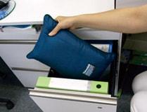 コンパクトな3Mシンサレート災害用スリーピングバッグ(寝袋)はオフィス机にもジャストフィット