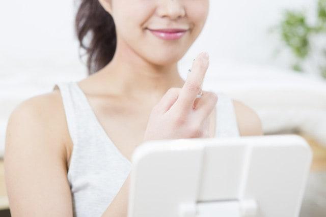 化粧水スプレーを使う女性