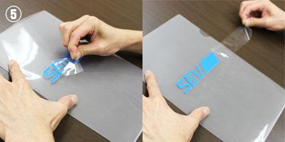 �貼りつけたシールの透明シート部分のみを端からゆっくり剥がしていきます。
