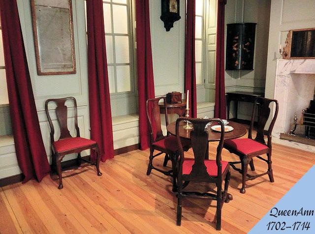 クイーンアン様式のアンティーク家具の部屋の画像