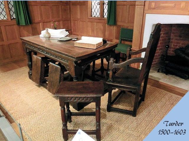 チューダー様式のアンティーク家具の部屋の画像