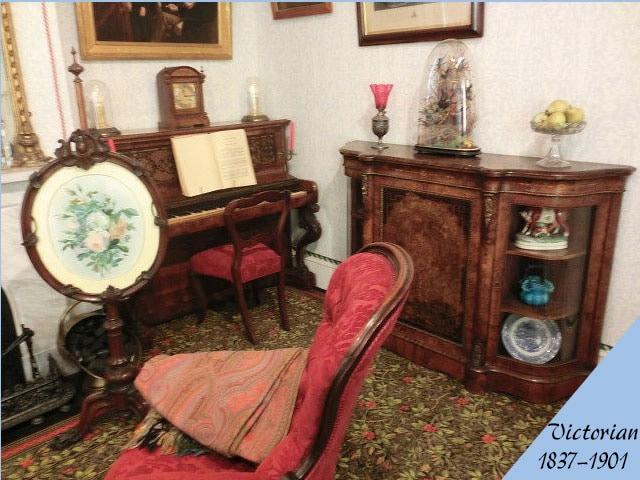 ビクトリアン様式のアンティーク家具の部屋の画像