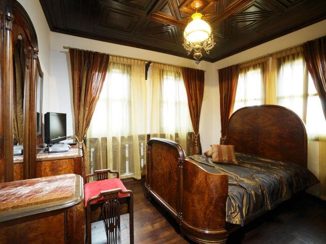 ウォルナット材のアンティーク家具の部屋の画像その二