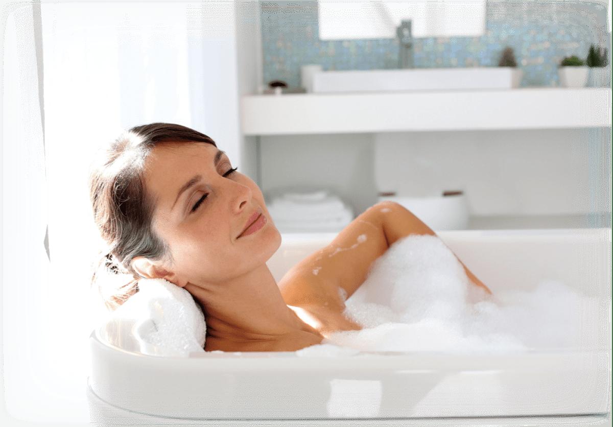 P-UP ボディヒーリングのバスソルトのお風呂に入っている女性