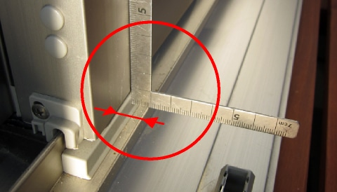 サッシ障子面から下部網戸レールの芯までを計測