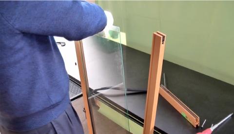 2.障子から既存のガラスを外す
