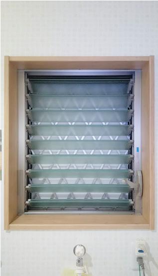 ご自宅のガラスルーバー窓(ジャロジー窓)を撮影ください。:窓全体