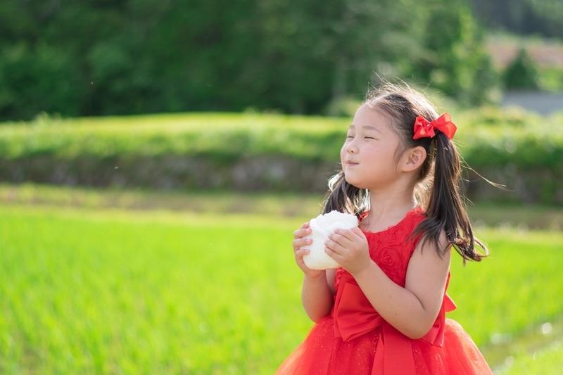 おむすびを食べる女の子