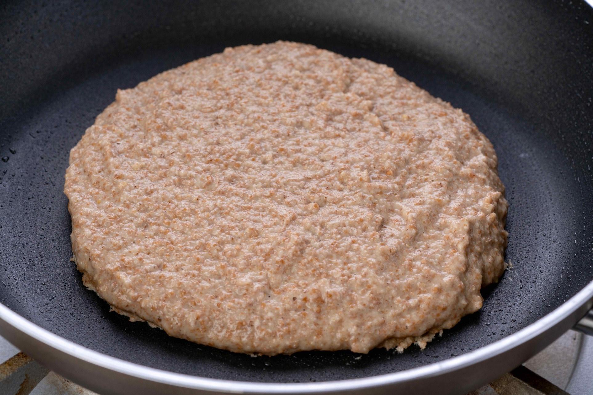 フライパンでカフェ心麦の古代小麦のパンケーキを焼く