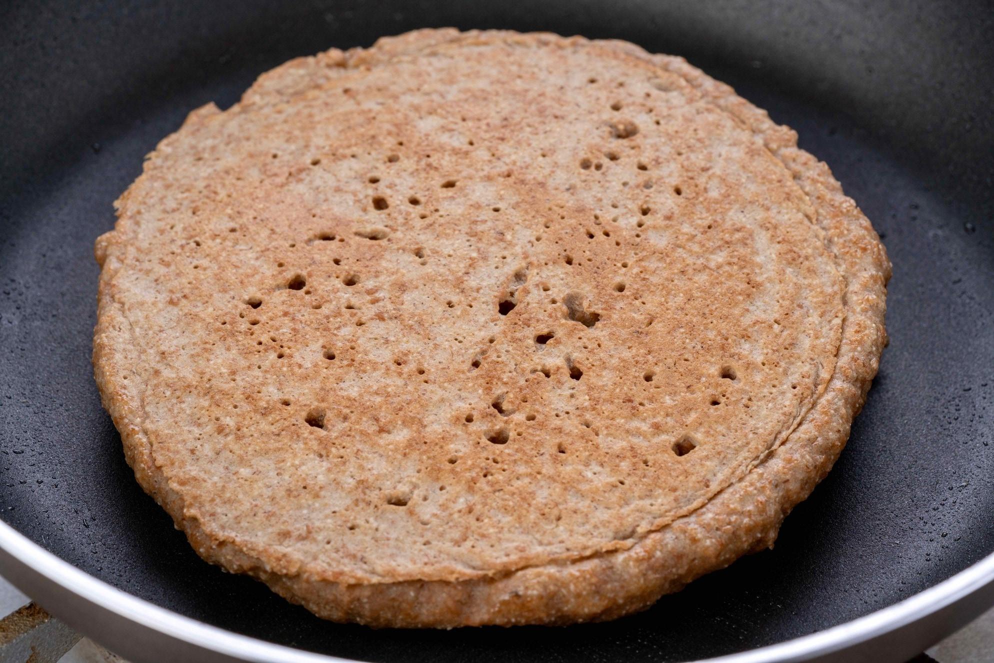 フライパンの上で焼き上がったディンケル(スペルト)小麦のパンケーキ