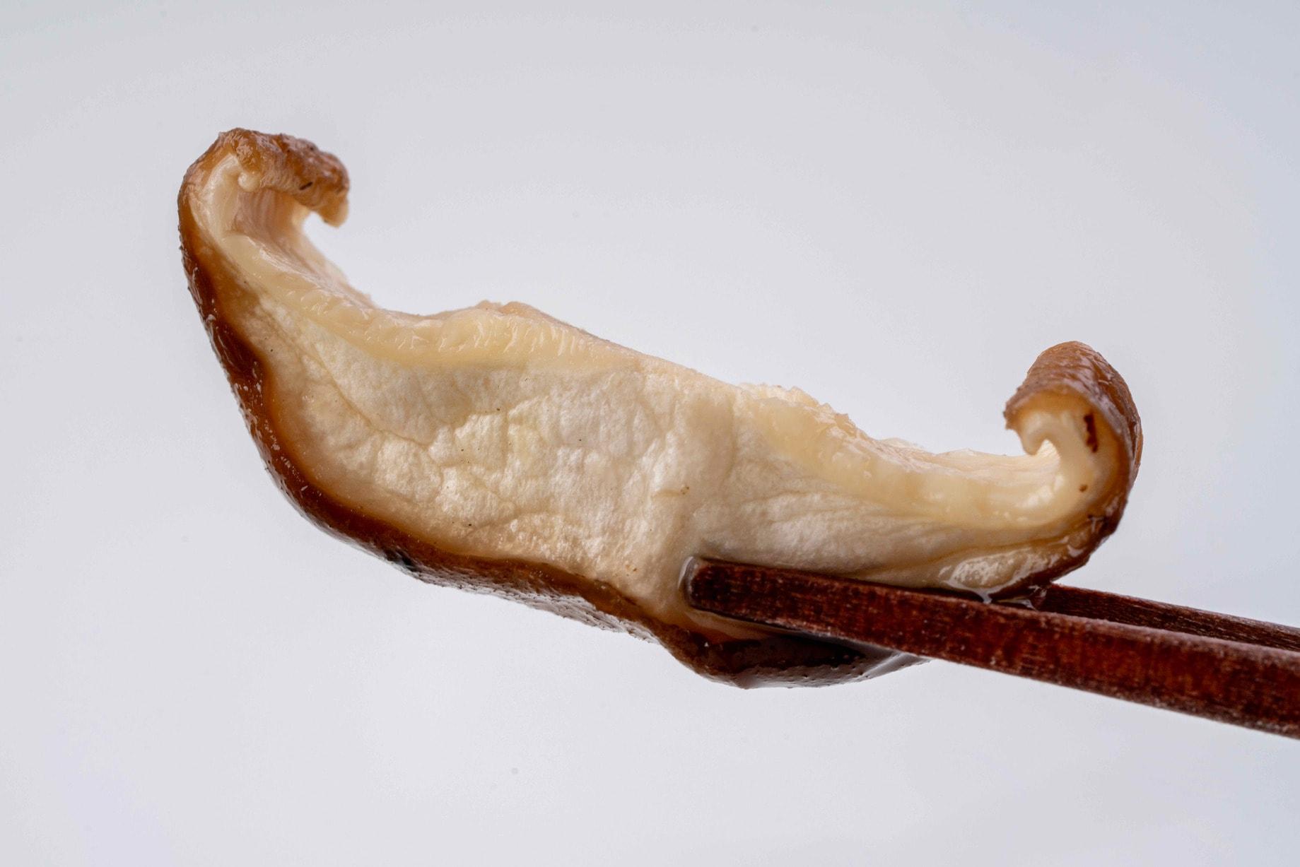 水で戻してふっくらとした北海道産の乾燥原木椎茸スライス