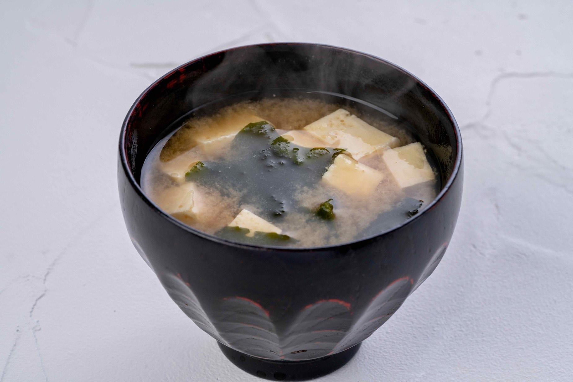 湯気の立ち上る出来立ての味噌汁,小坂農園の手作り味噌で作る味噌汁