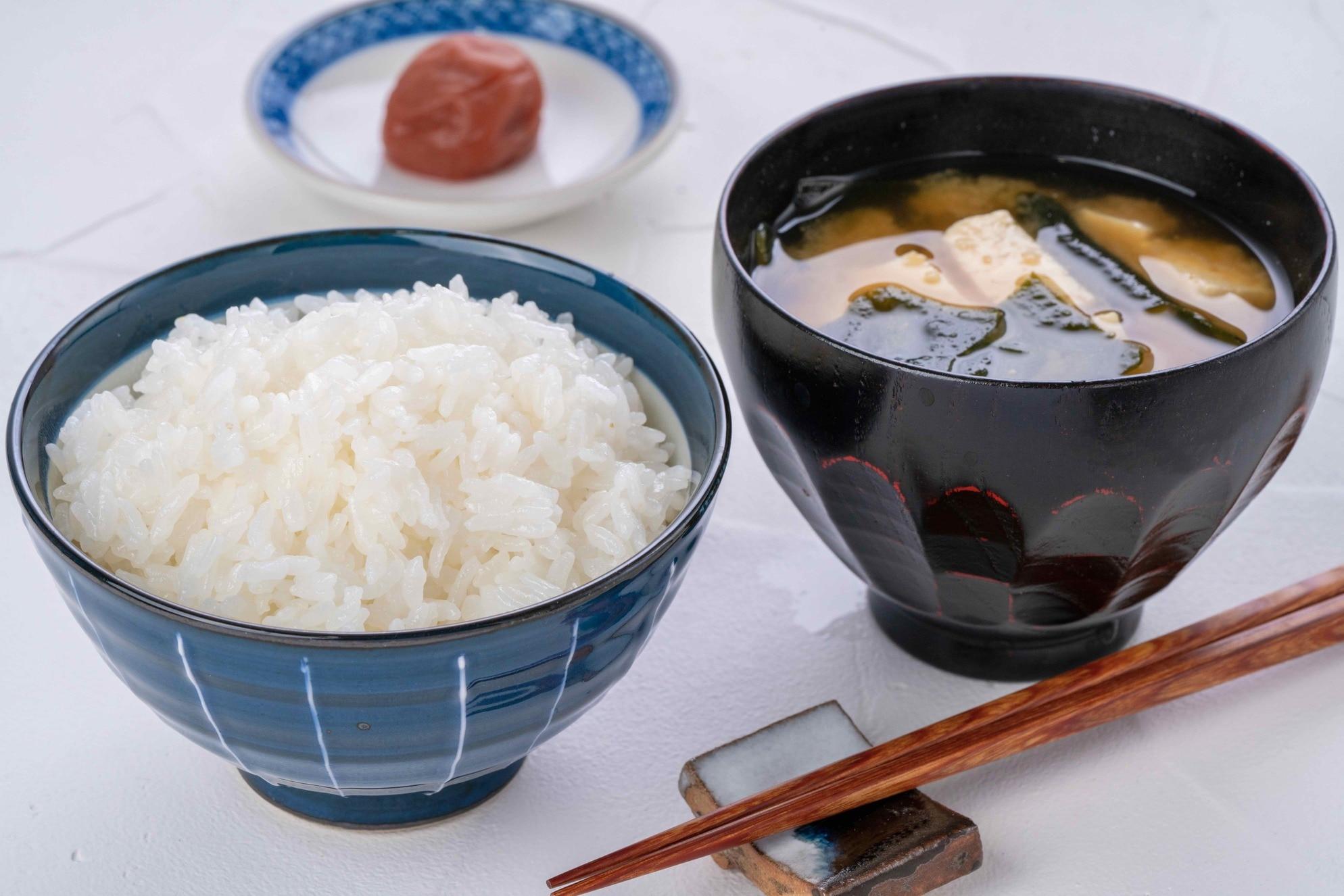 北海道産ゆめぴりかの白飯と味噌汁と梅干し,小坂農園の炊きたてご飯