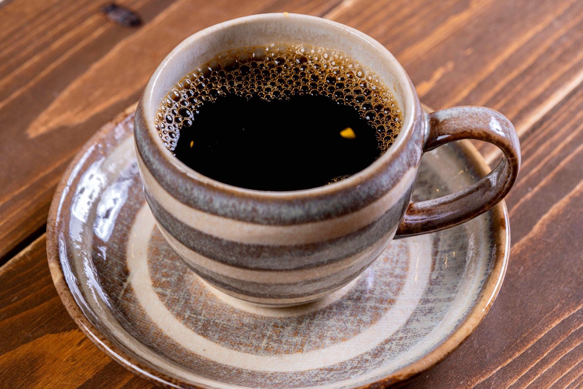 マグカップに入った徳光珈琲のスペシャルティコーヒー、エチオピア・ナチュラル