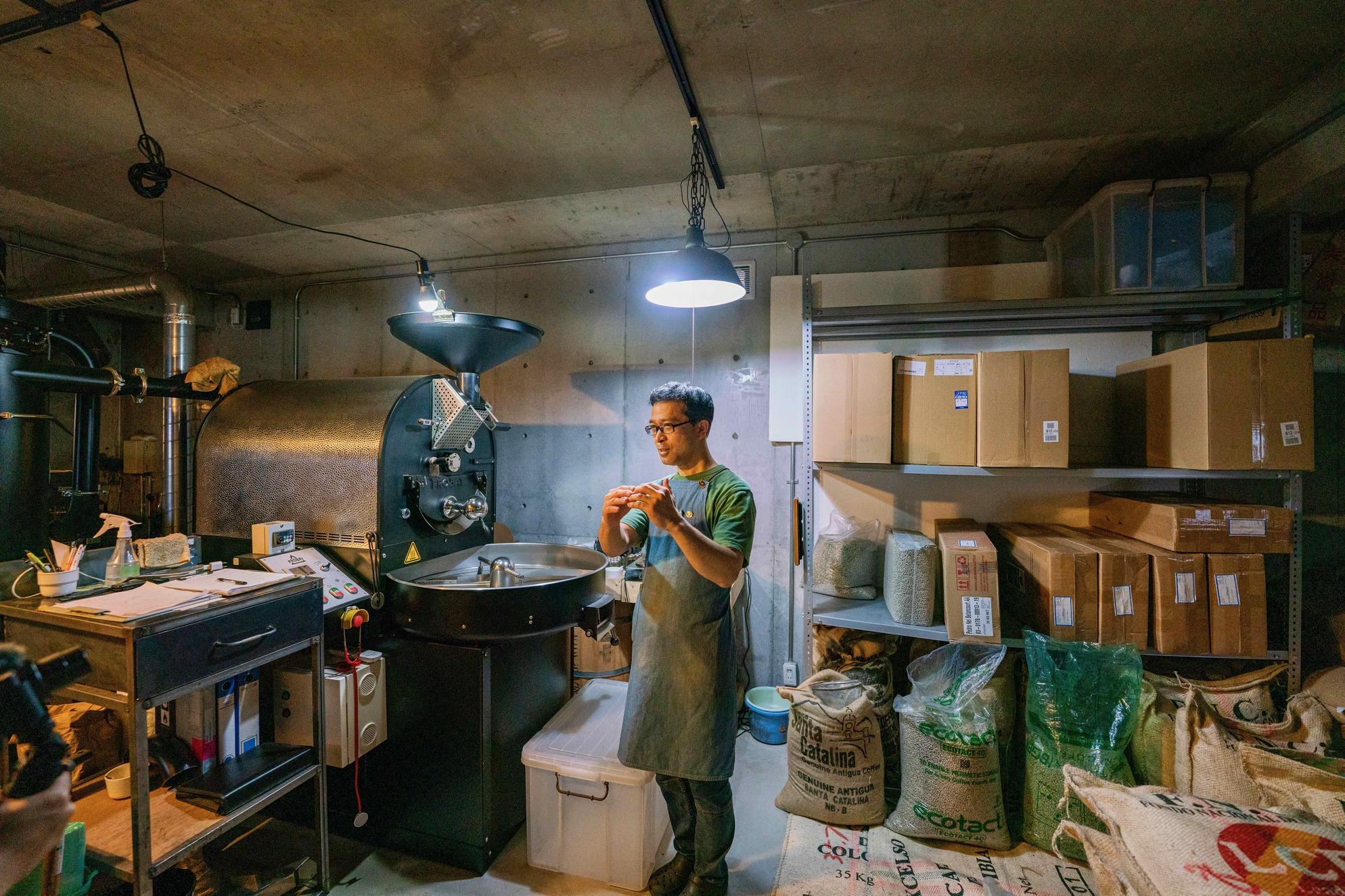自家焙煎のスペシャルティコーヒーについて説明する徳光珈琲の店主徳光康宏さん