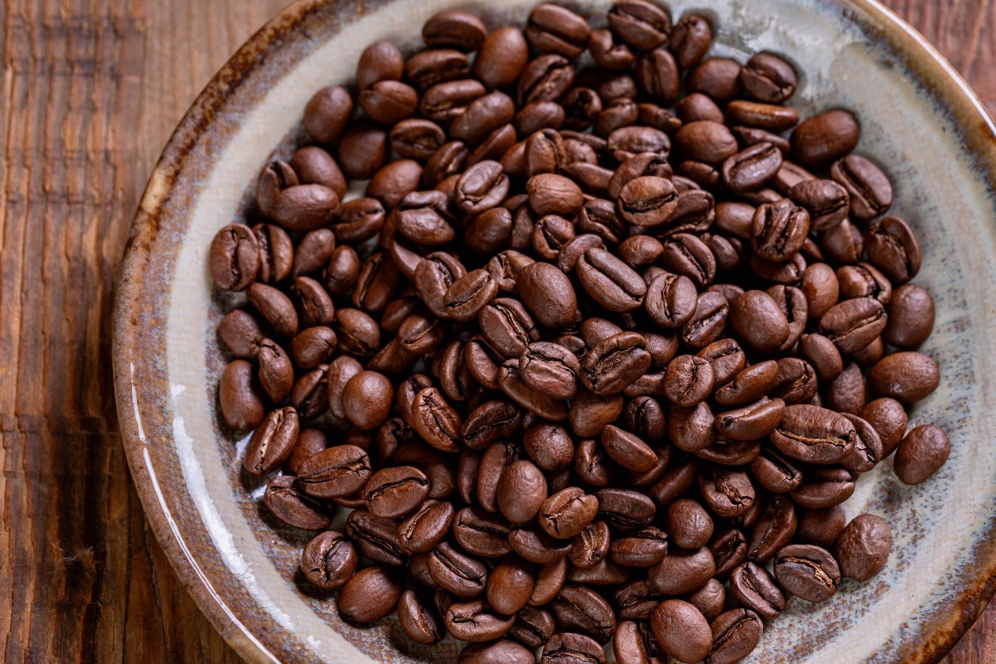 皿に入った珈琲豆、徳光珈琲の自家焙煎シングルオリジンのスペシャルティコーヒー豆