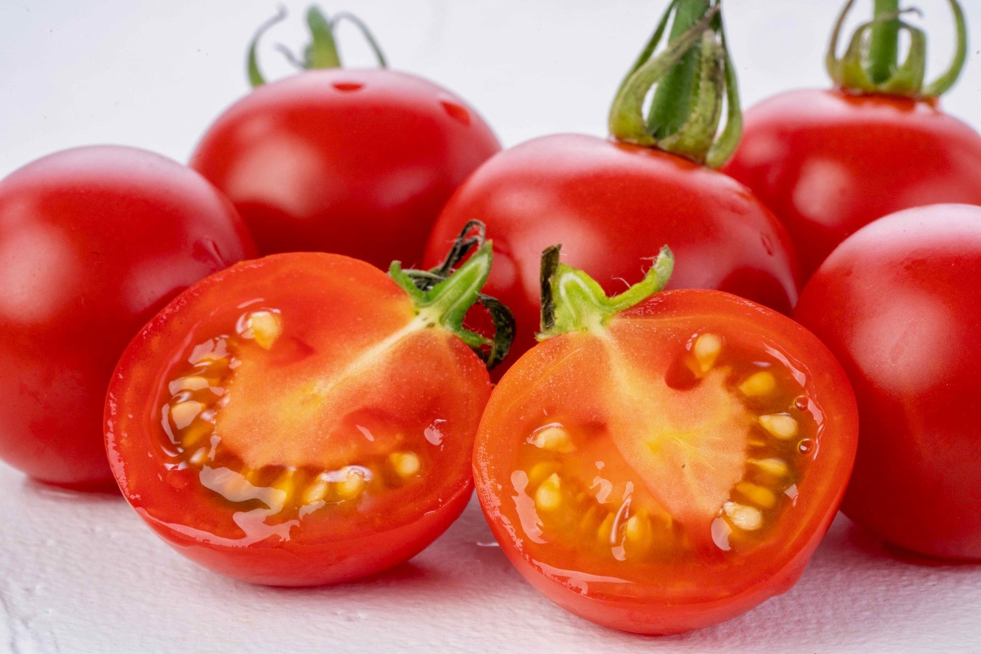 北海道蘭越町rural farmのミニトマト「ほれまる」、半分にカットして断面が見えるミニトマト