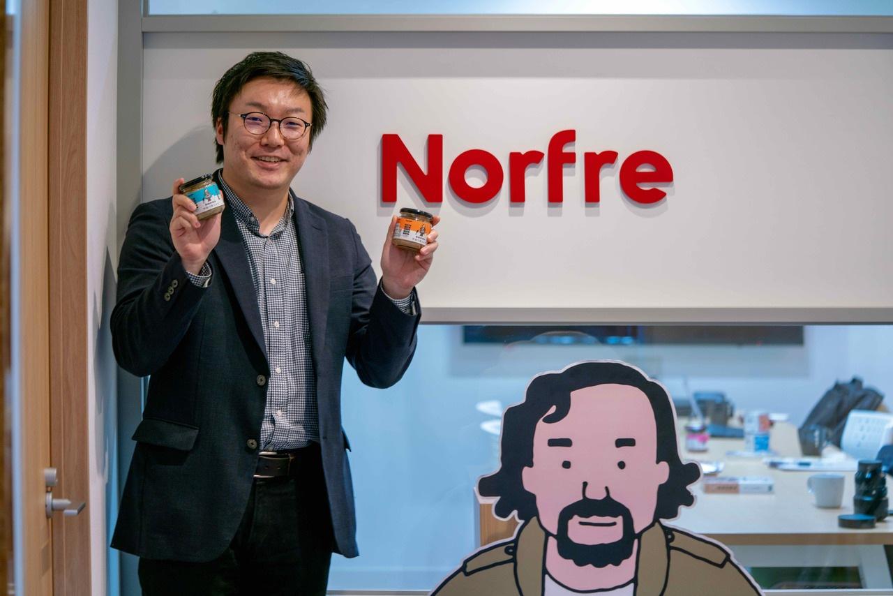 北海道札幌市にあるノフレ食品株式会社,南極料理人やみつきシリーズを両手に持つNorfreの営業企画の大倉さん