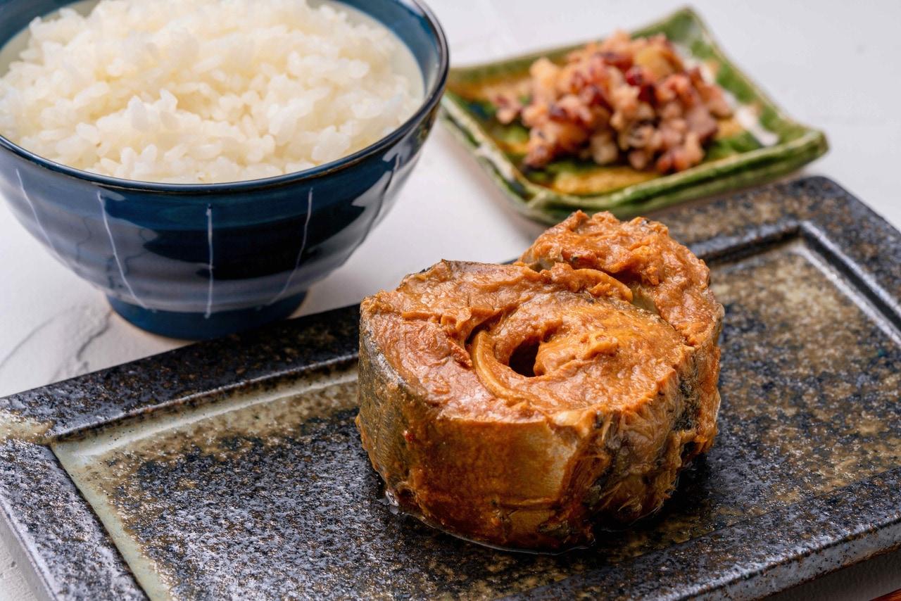 Norfre(ノフレ)の北海道釧路産のサバを使った味噌煮と白いご飯,肉厚な鯖の味噌煮込み