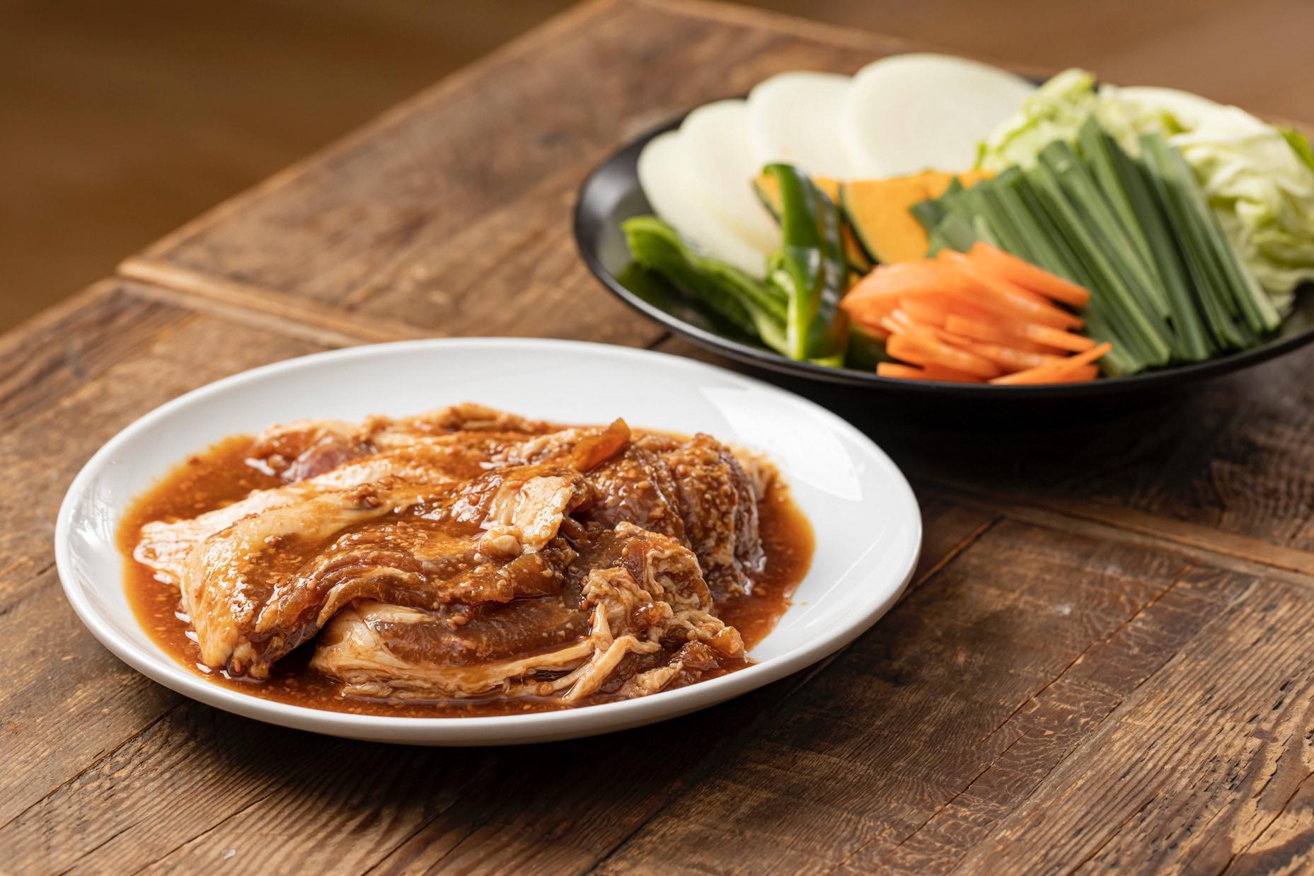 奇跡の日本酒「久蔵翁」の酒粕を使用した小料理なごみの「きたひろ豚ジンギスカン」,特製の味付きタレに漬かった北海道産豚肉ジンギスカンと野菜