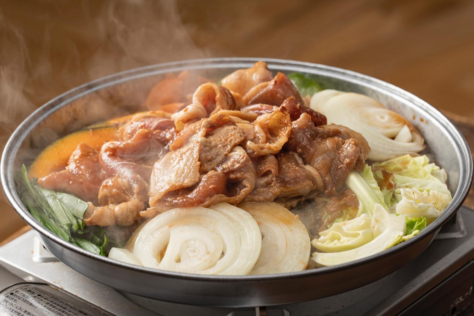 ジンギスカン鍋の中の味付け豚肉と野菜(かぼちゃ・人参・ニラ・玉ねぎ・ピーマン・キャベツ),小料理なごみの「きたひろぶたジンギスカン」