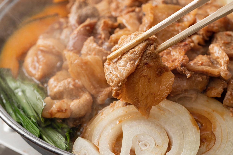 美味しい味付け豚ジンギスカンを箸で持ち上げる,小料理なごみの「きたひろジンギスカン(豚)」