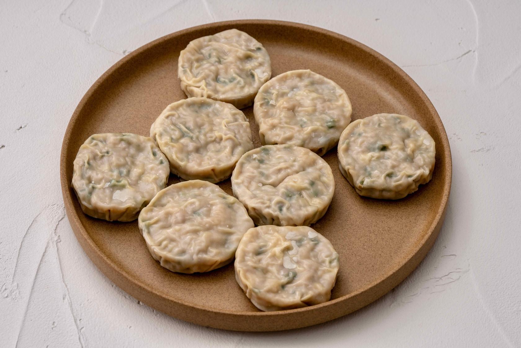 ニラ饅頭に似た形をしたやまかジンギスカンのオリジナル加工品ラムのパリパリ焼き8個,冷凍惣菜