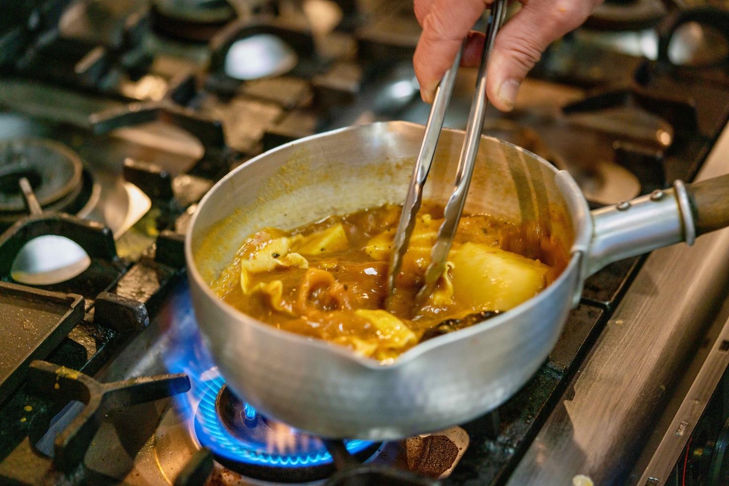 鍋で調理中の札幌名物スープカレー,札幌路地裏スープカリィ侍