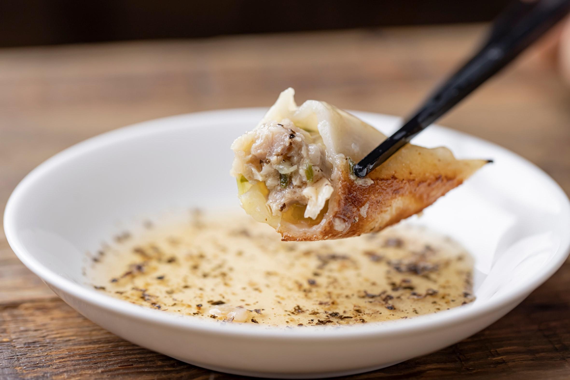 なかよし餃子エリザベス,なかよし餃子エリザベスの餃子,なかよし餃子エリザベスの豚と生姜の餃子,豚と生姜の餃子,焼餃子の断面,焼餃子を箸で持ち上げる