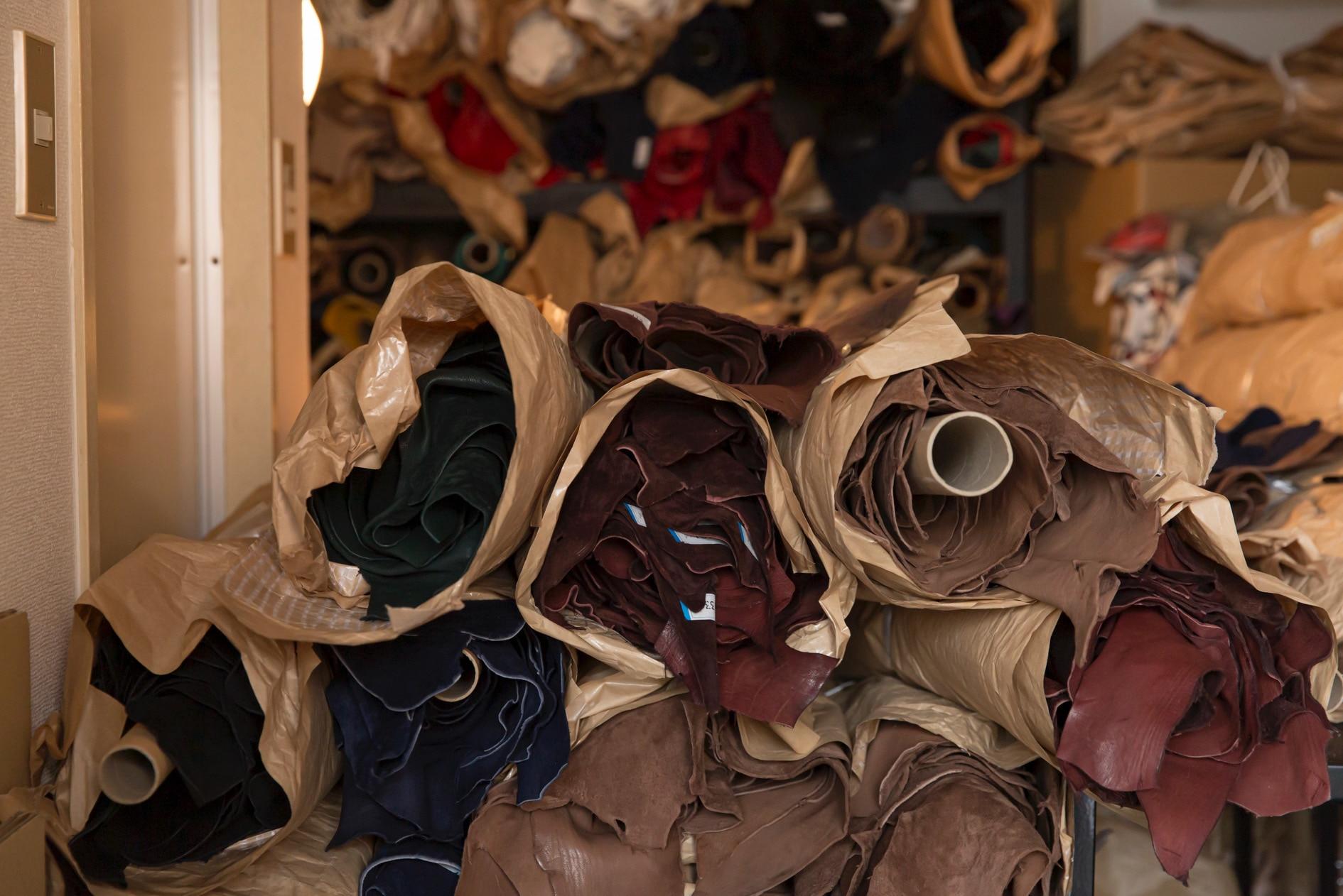 北海道札幌市にある24KIRICOの工房,蝦夷鹿の皮が山積み