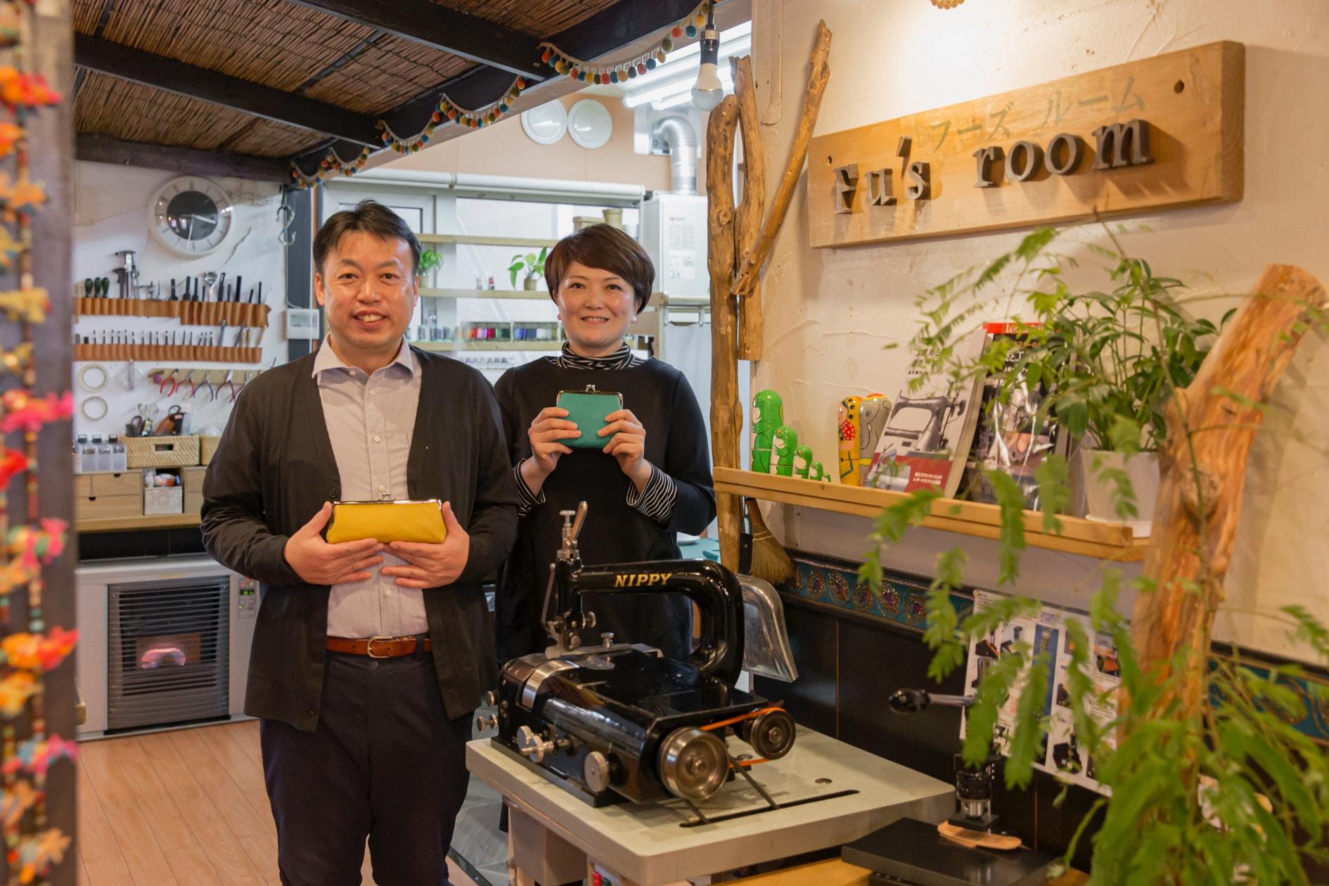 北海道札幌市で道産羊革のハンドメイド雑貨の製造・販売をしているFu's room,サフォークレザーのがま口を手に持つ藤崎さん