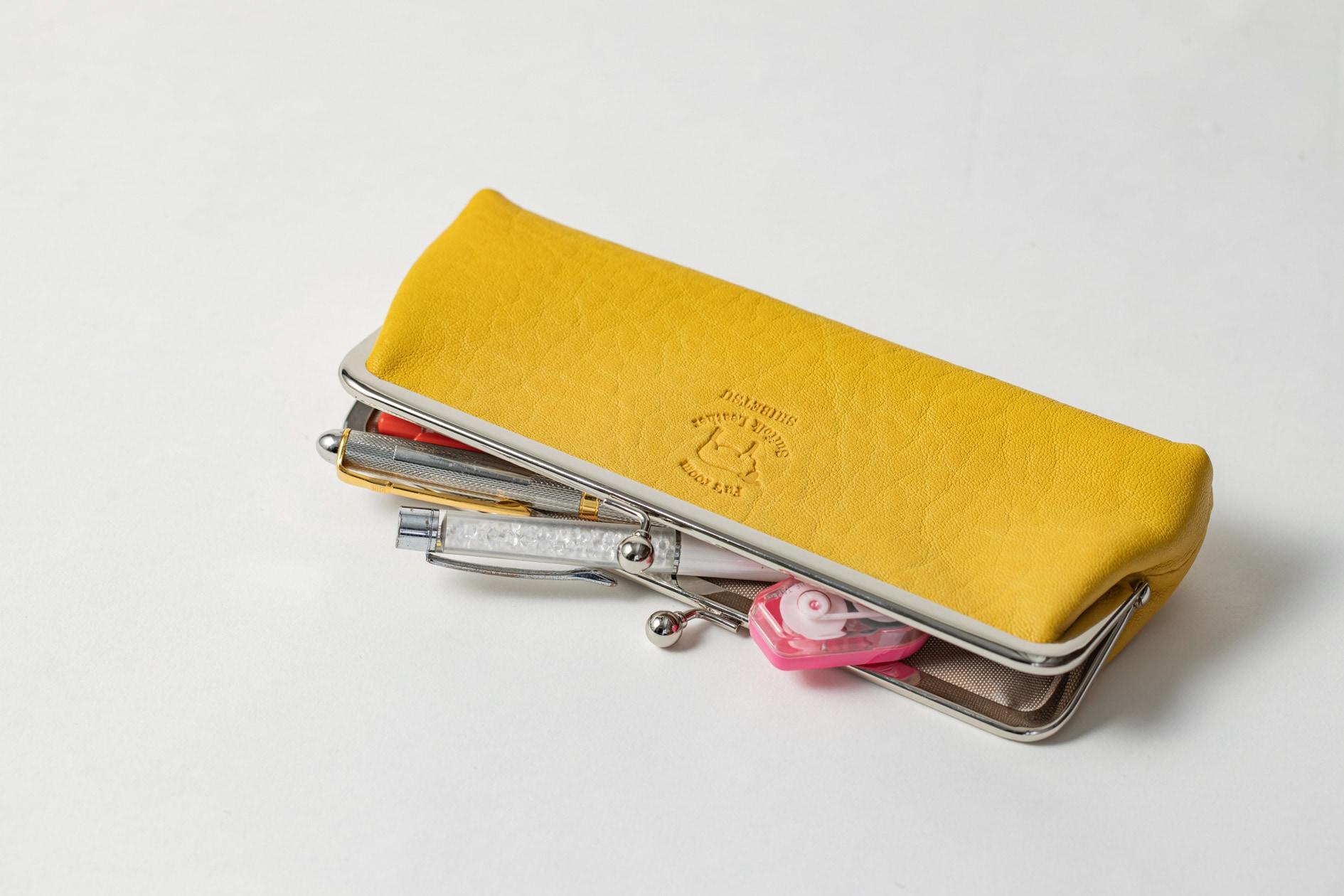 Fu's roomのレモン色のサフォークレザー「がま口(ロングサイズサイズ)」にペンや修正液などの文房具を入れる,ポーチやペンケースとしても使えるがま口