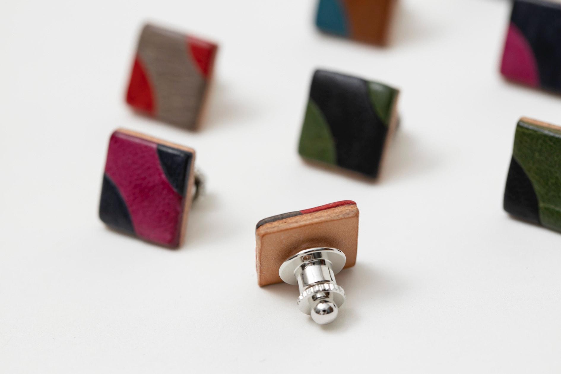 装着するピンの部分を見えるように並べたカーブタックピン,サフォークレザーのハンドメイドアクセサリー