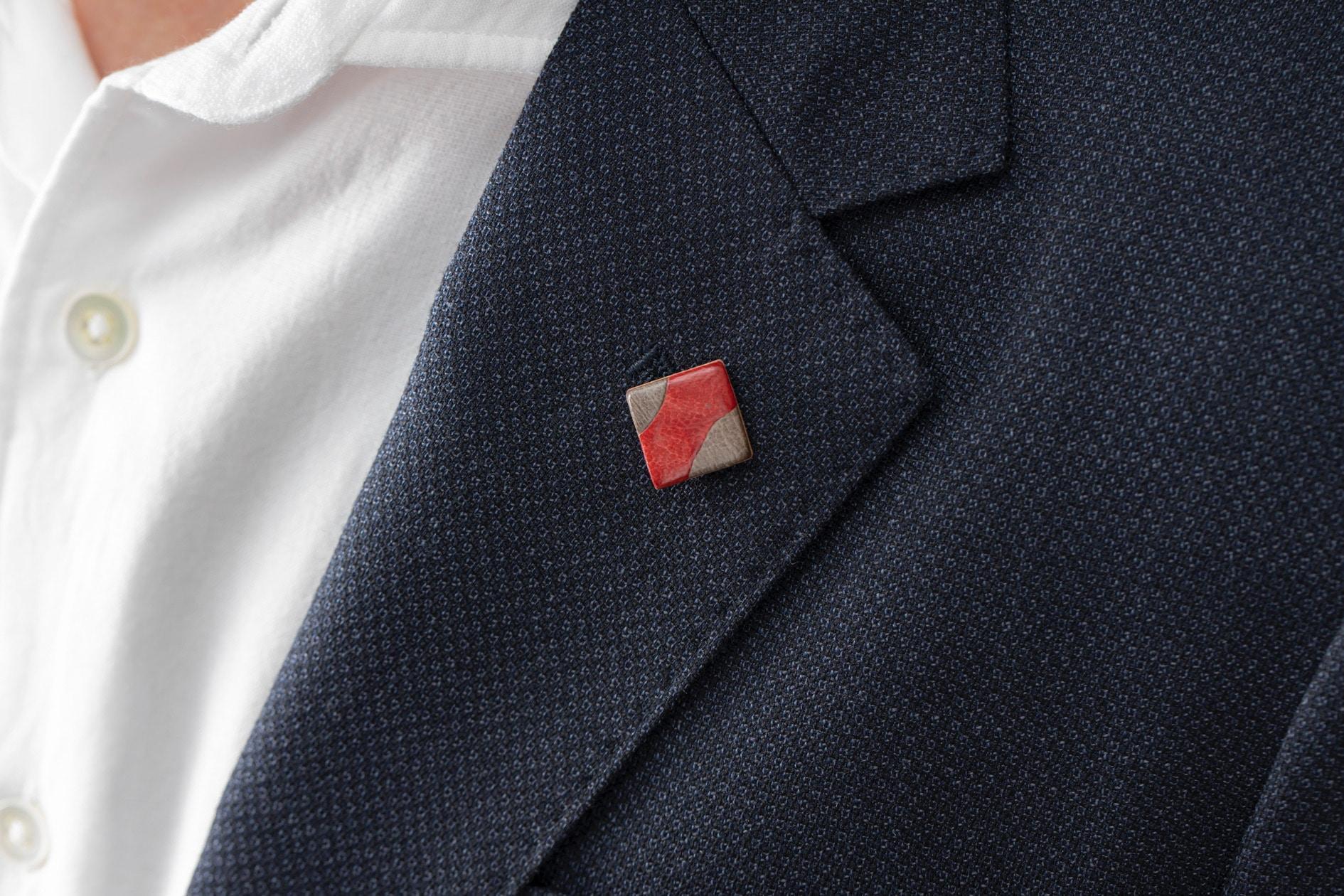Fu's roomのサフォークレザー「カーブタックピン」を男性ジャケットに着ける,ハンドメイドアクセサリー