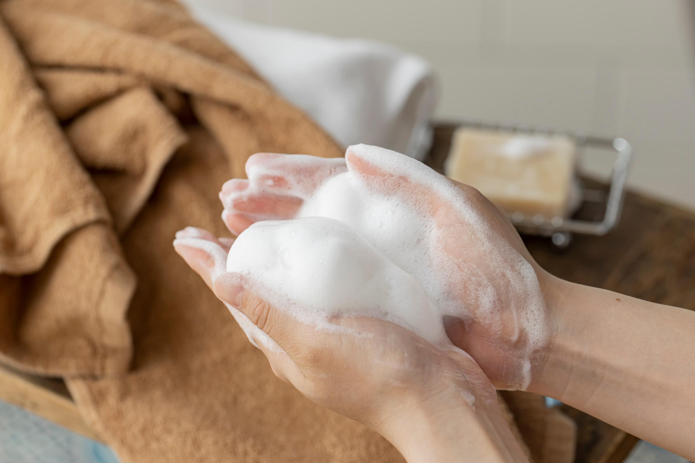 SAVON de SIESTA(サボンデシエスタ)の石鹸で手を洗う,泡立ちがよく保湿効果の高い天然素材の石けん