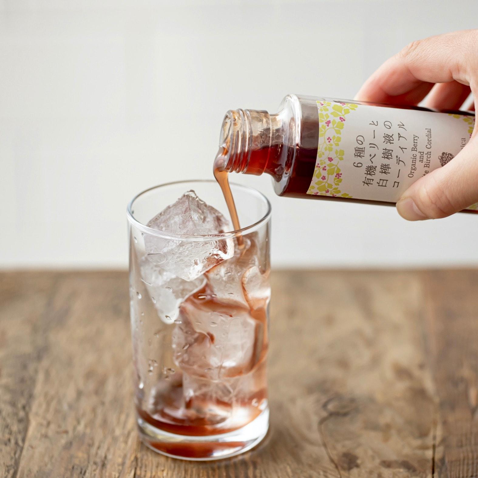 The St Monica(セントモニカ)の6種の有機ベリーと白樺樹液のコーディアル300mlを氷の入ったグラスに注ぐ