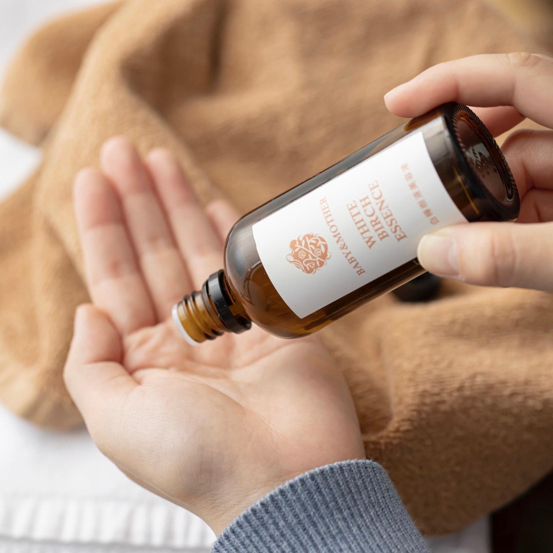 The St Monica(セントモニカ)の白樺樹液美容液を手に馴染ませる,保湿力のある化粧水