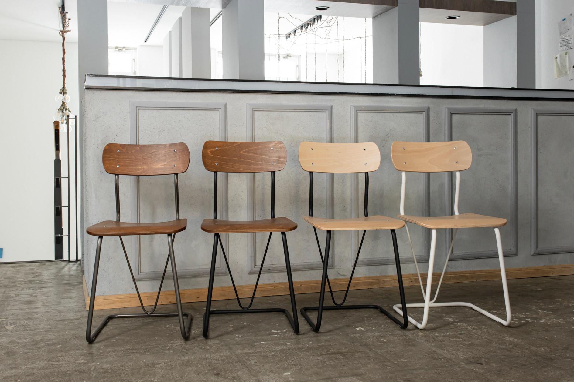 株式会社イチムラの学校用椅子A-100(復刻版)4脚,バーカウンターの前に並べられたレトロな椅子,札幌スタイル認証製品
