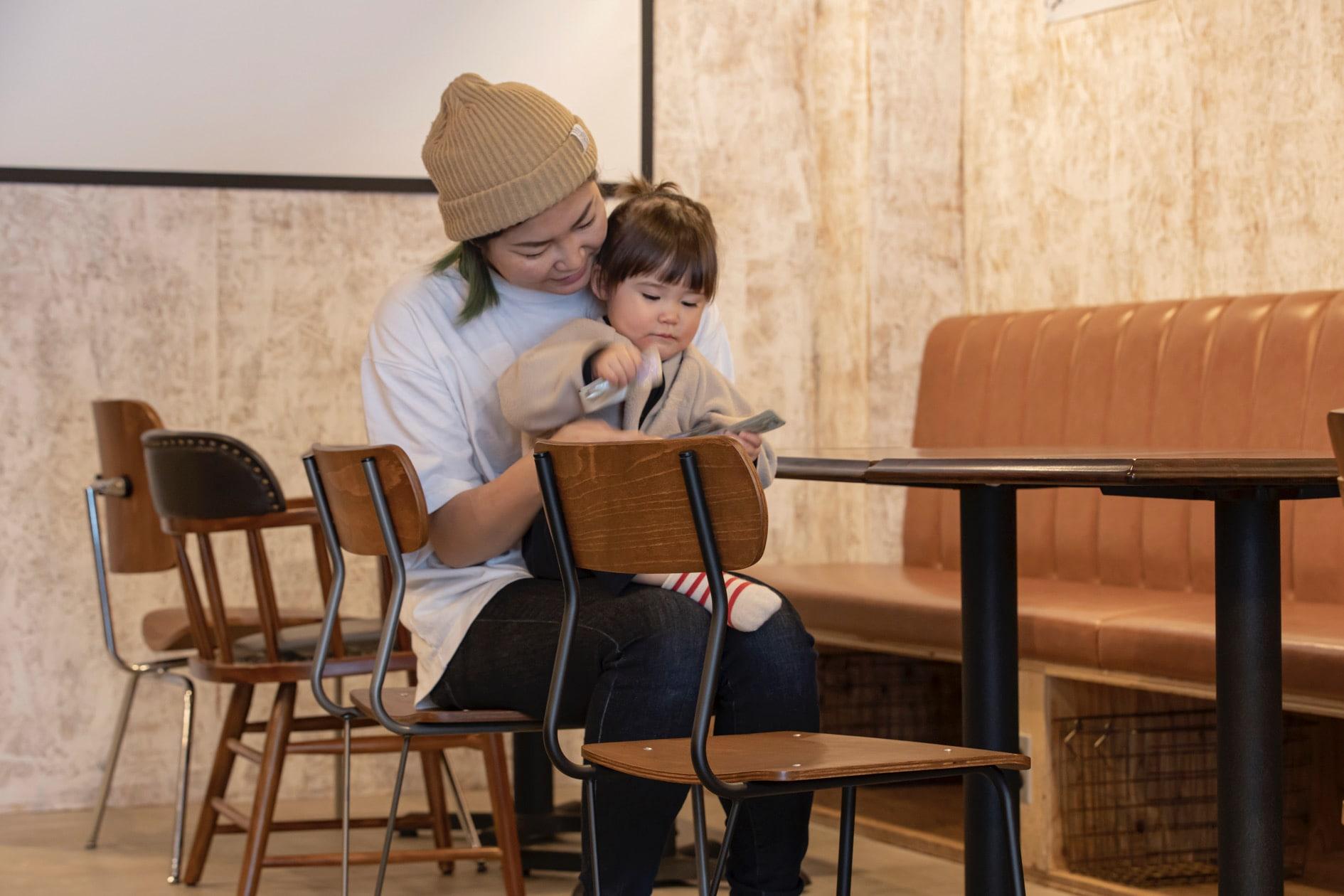 株式会社イチムラのA-100(復刻版)に座る母親と子供,レトロな椅子に座って絵本を読み聞かせる親子