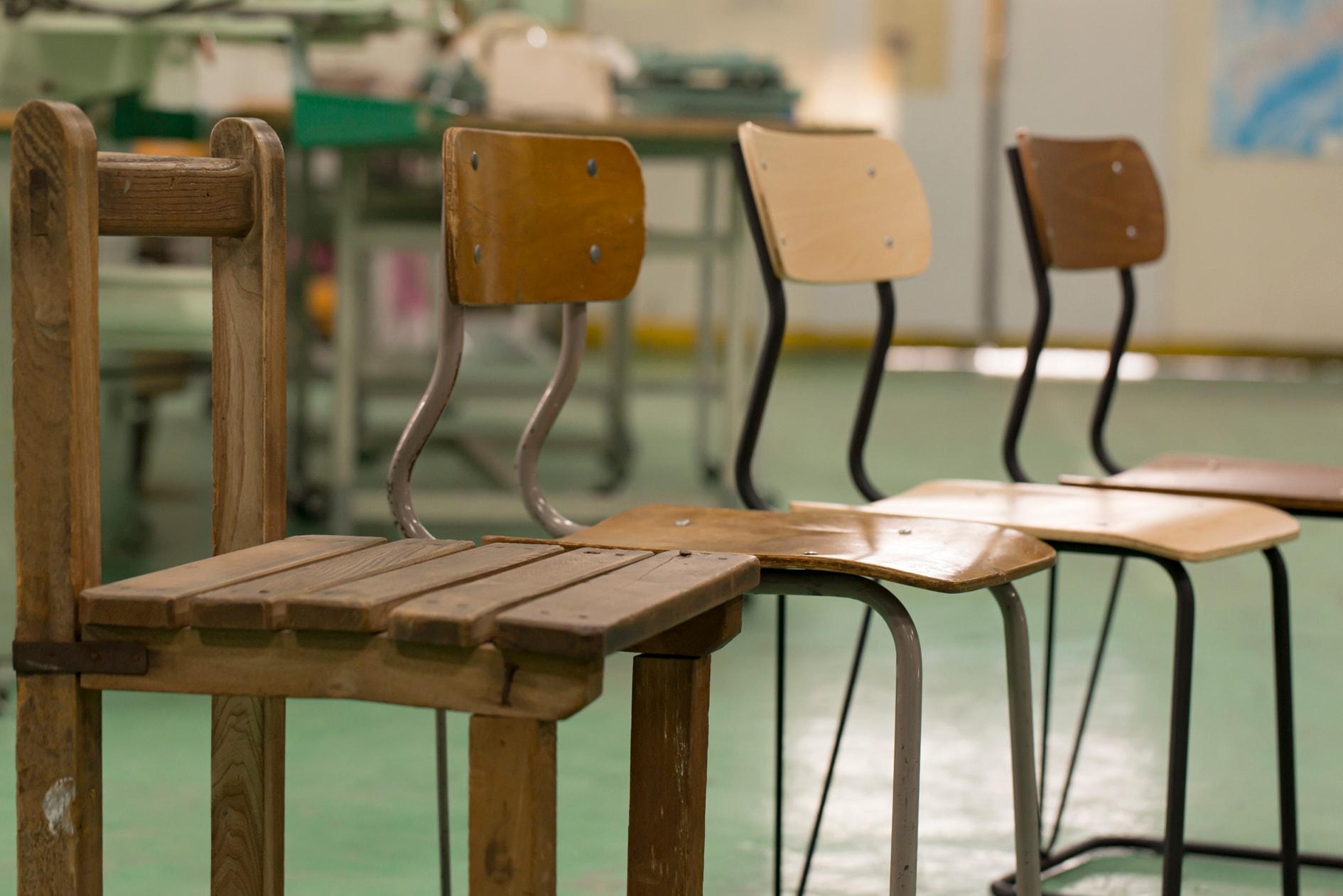 株式会社イチムラの北海道江別工場にある学校の教室で使われる椅子4脚,レトロな椅子