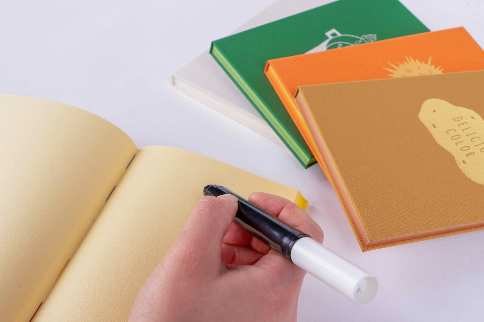 booco DELICIOUS COLOR ノートにペンで文字を書く
