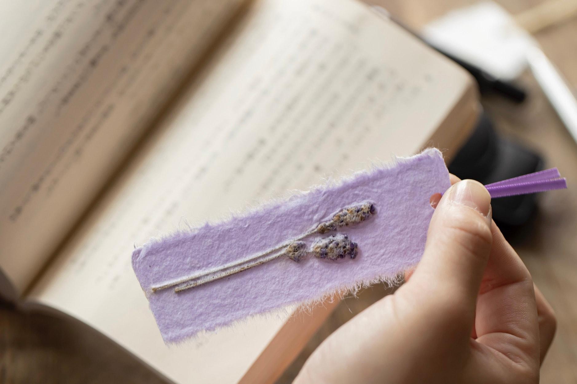 文庫本にラベンダーのしおりを挟む,蝦夷和紙工房 紙びよりの手作り和紙しおり