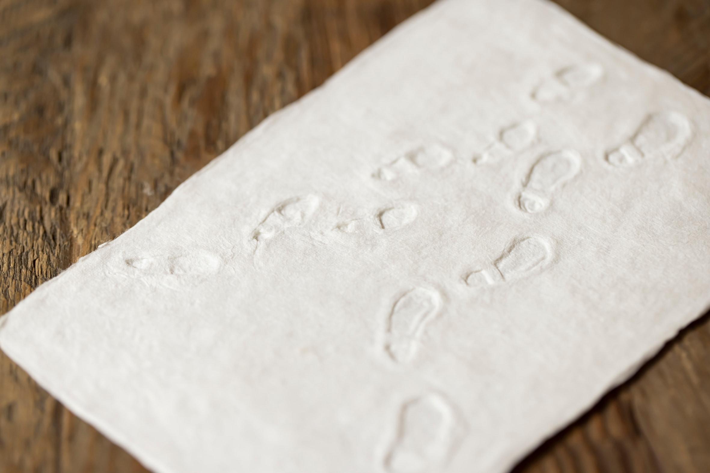 積もった雪の上の足跡を手すき和紙で表現した蝦夷和紙工房 紙びよりの「ゆきふみ(ふたり)」,プレゼントカード