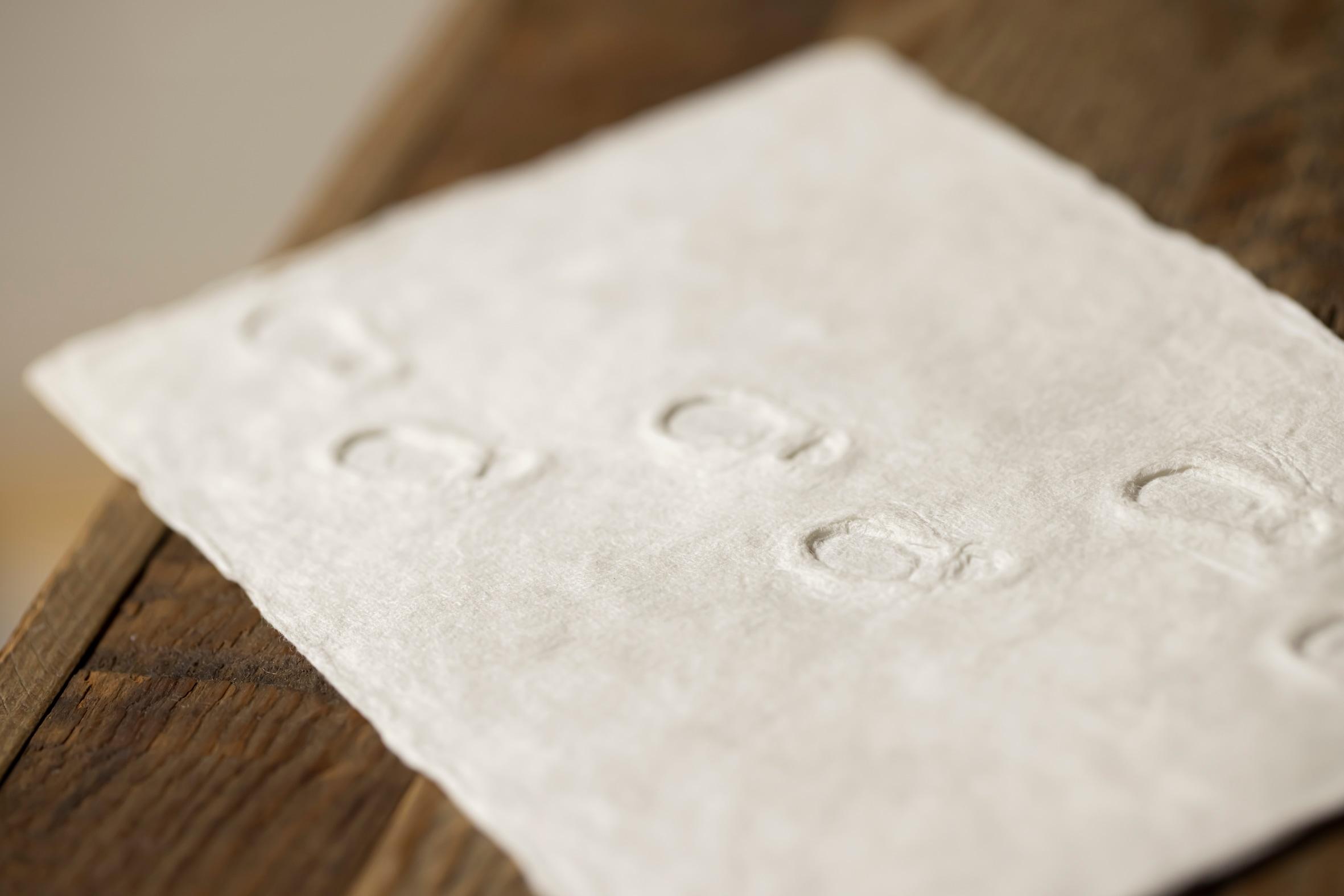 積もった雪の上の足跡を手すき和紙で表現した蝦夷和紙工房 紙びよりの「ゆきふみ(あしあと)」,ハンドメイド和紙カード