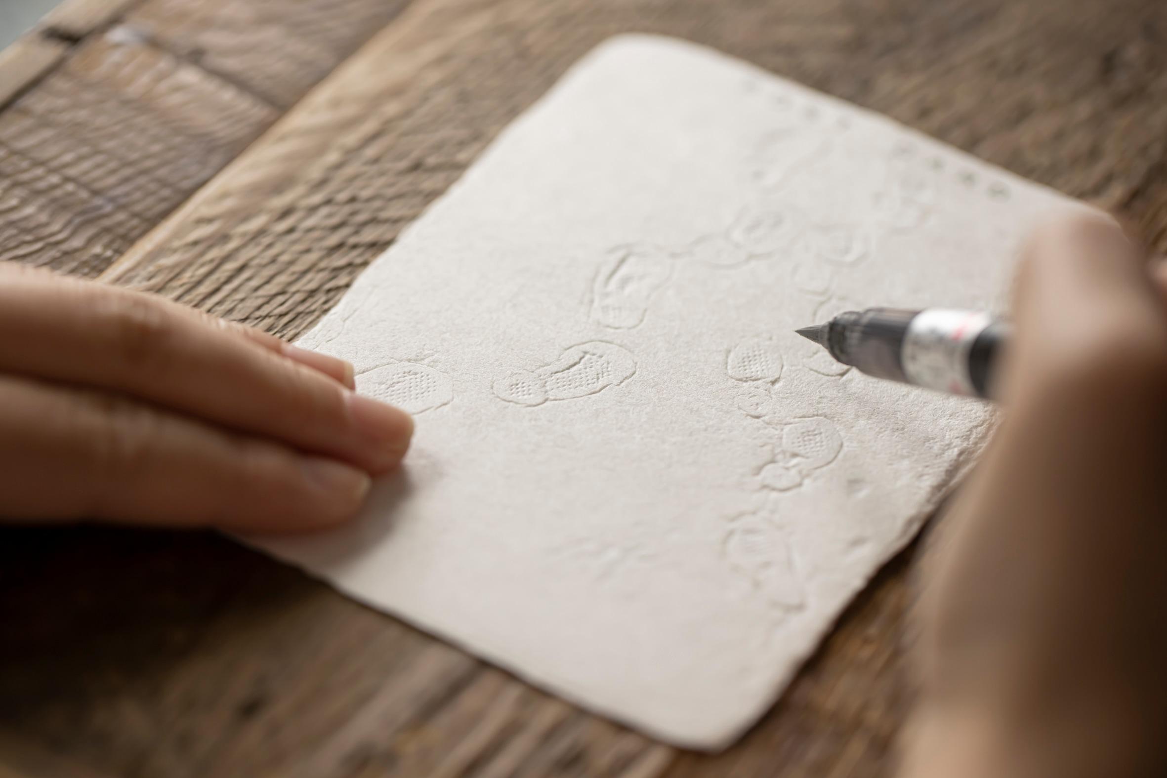 蝦夷和紙工房 紙びよりの「ゆきふみ」に筆ペンで字を書く