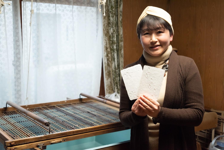 札幌市にある北海道の植物を使った手すき和紙を製造・販売する「蝦夷和紙工房 紙びより」