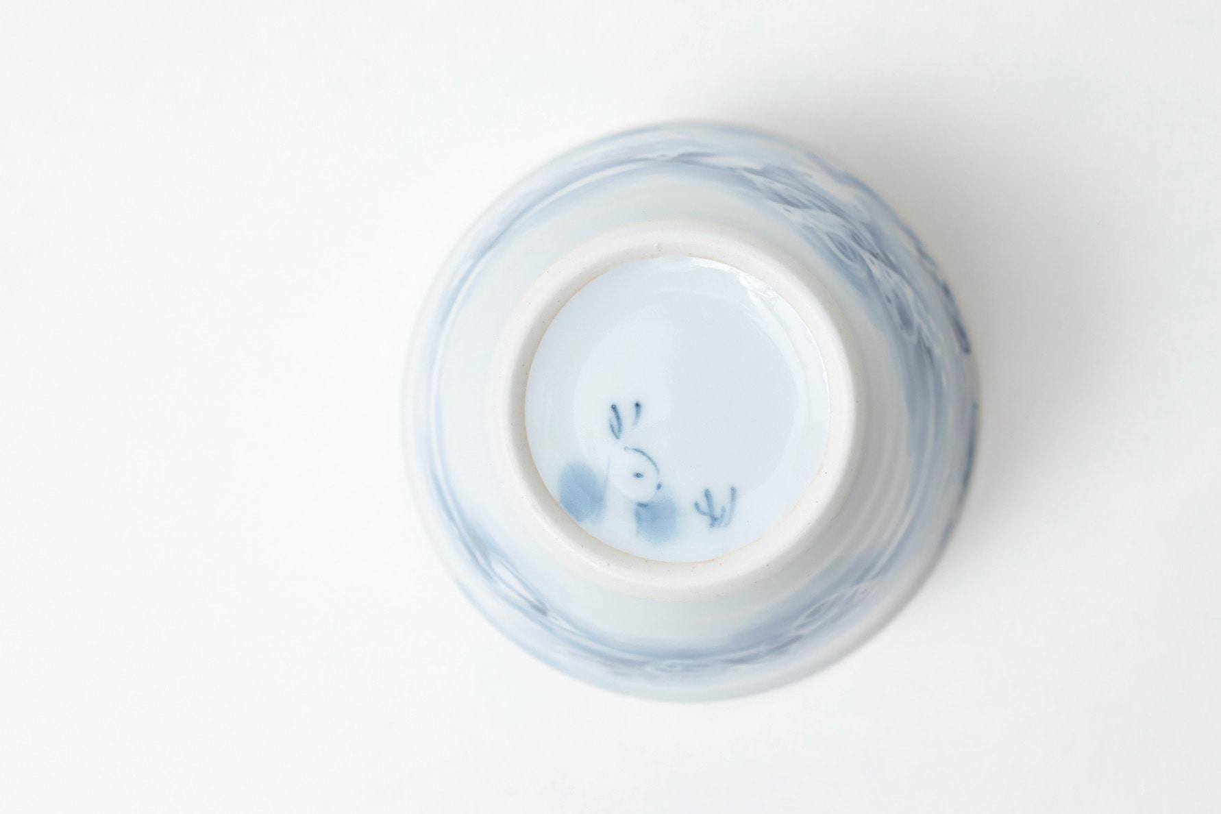 黒羽陶工房フリーカップには裏にも吉祥柄のウサギが描かれている